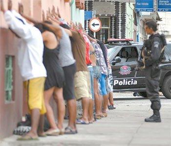 Foto: Adriano Vizoni/Folha Imagem |  Policial faz revista em suspeitos na região da cracolândia, em megaoperação na tarde ontem, em: https://www1.folha.uol.com.br/fsp/cotidian/ff2602201001.htm