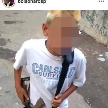 Filho de Bolsonaro publica em rede social foto de criança com arma nas mãos